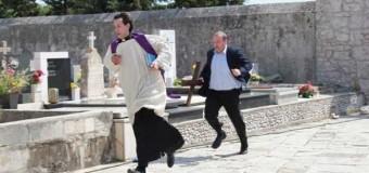 Filmanmeldelse: Don Fabijans bekendelser – Katolsk præst blander sig i kampen for flere børn