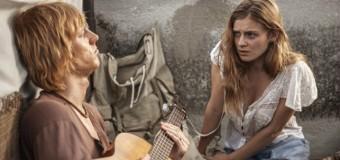 Filmanmeldelse: Steppeulven – Hippien der døde af kærlighed