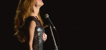 Filmanmeldelse: Dalida – Teknisk flot biopic om tragisk sangerskæbne mangler psykogisk dybde