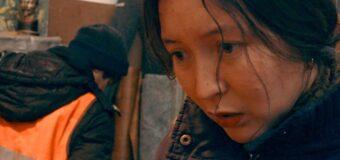 Filmanmeldelse: Ayka – Usentimental og isnende tour de overlevelse i Moskvas vinterkulde