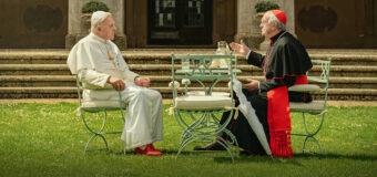Filmanmeldelse: Two Popes – Fremragende kammerspil om to paver