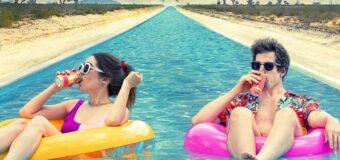 Filmanmeldelse: Palm Springs – Smuk og forfriskende kærlighedskomedie